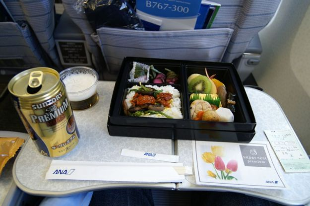 By Hideyuki KAMON from Takarazuka / 宝塚市, Hyogo / 兵庫県, Japan / 日本 (In-Flight Meal) [CC BY-SA 2.0 (http://creativecommons.org/licenses/by-sa/2.0)], via Wikimedia Commons